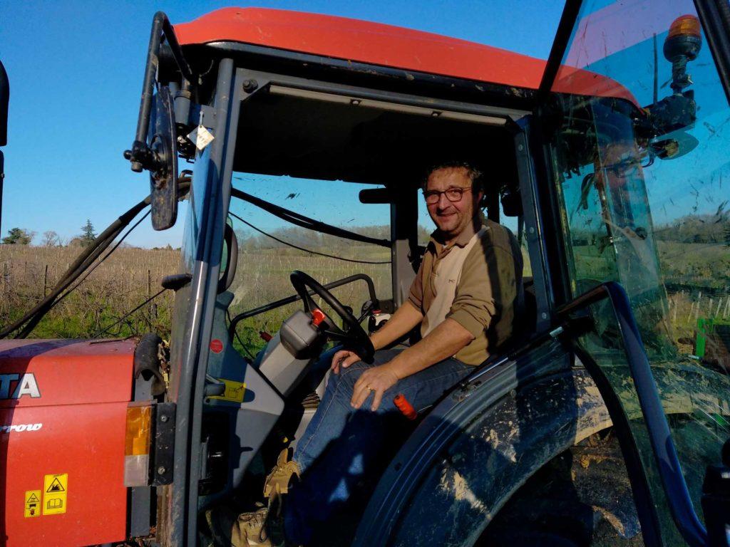 Jean-François sur son tracteur pour la pré-taille des sarments de vigne